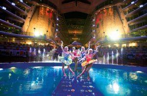 Представление на сцената на акватеатъра