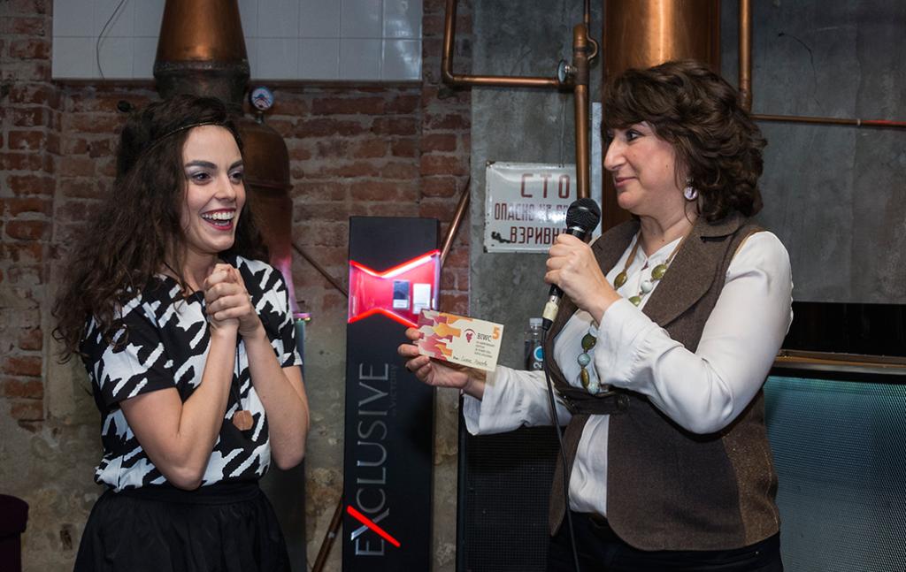 Галя връчва наградата на Симона Халачева по време на нашия първи рожден ден