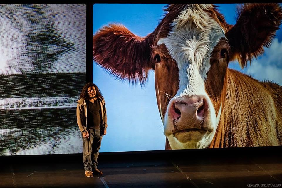 """""""За кравите"""", Театър Реплика"""